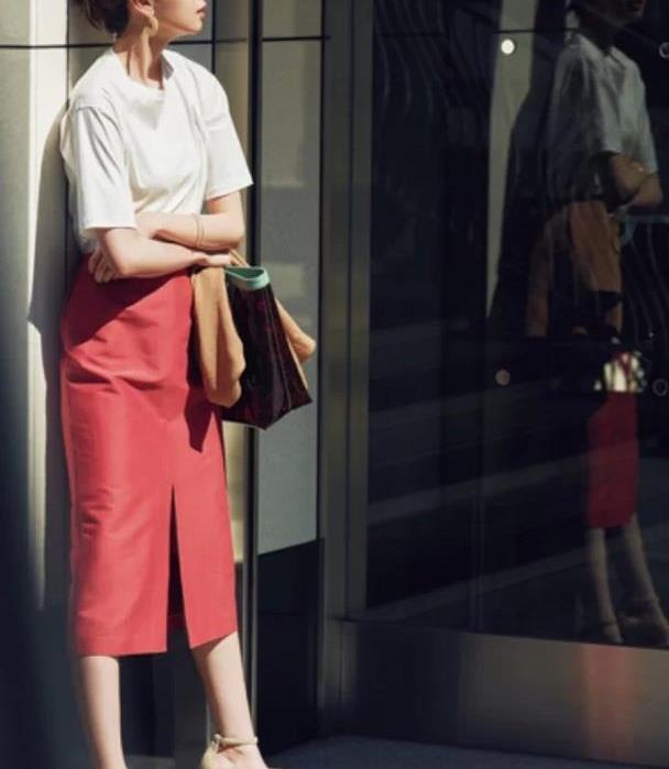 红色系半裙才是提升气质的法宝,明艳动人不失优雅,谁穿谁好看