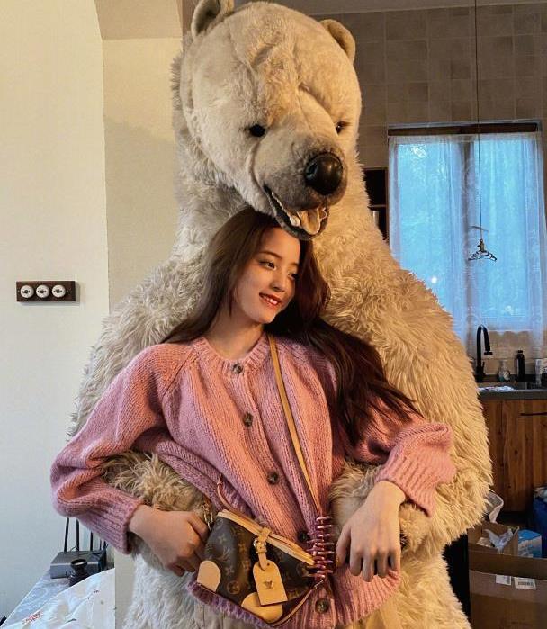 欧阳娜娜八月新搭配,粉色针织衫搭配休闲裤,温柔干练显气质