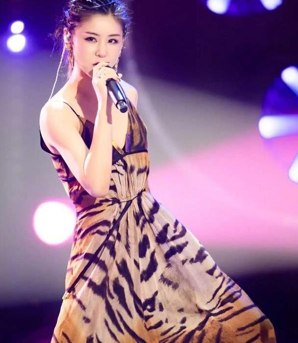 李小萌上节目太会穿,豹纹吊带裙配金属项链够狂野,好气质真赞