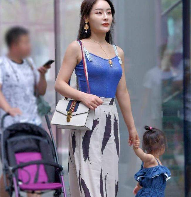 身穿蓝色T恤最近火了一位妈妈,端庄贤淑的穿搭,让她成了女神