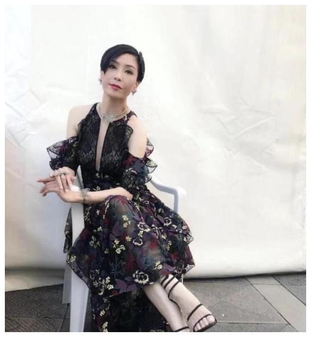 1990年,21岁伍咏薇嫁给52岁富豪翁江培,13天后丈夫离开人世