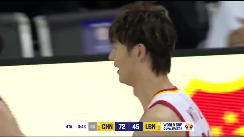 中国男篮小伙子打的张弛有度,慢镜头回放姚明的表情很高兴