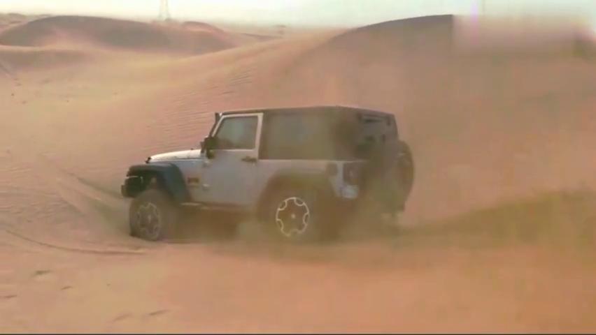 牧马人玩穿越时陷入沙坑,车主却毫不慌张,下一刻才是霸气的开始
