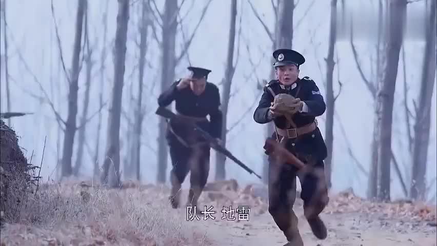 二鬼子抱着一颗地雷,竟然直接向着队长跑过去,这是要同归于尽吗