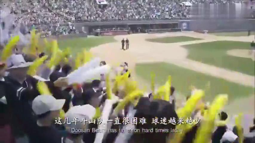 大猩猩来到韩国打职业棒球,结果坐在地上,就把棒球打飞出体育场