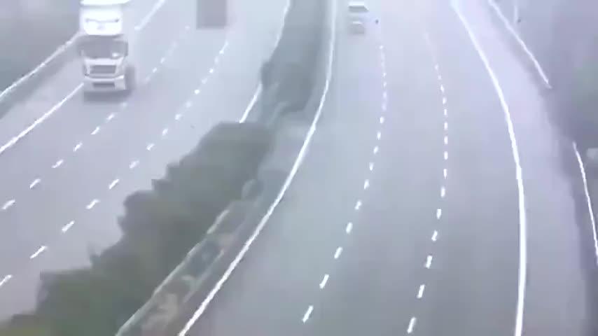 监控拍下大货车在高速上突然变道横扫所有车道
