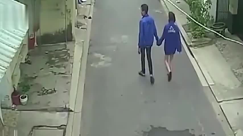 监控:小情侣手牵手突然走向出租房前,无语