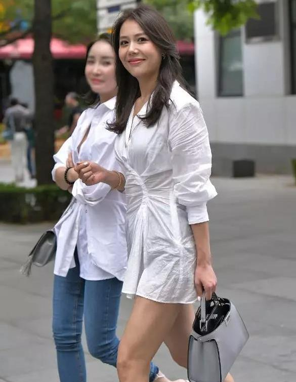 衬衫还是短裙?性感美女真有勇气,一件透明白衬衫炸街而行