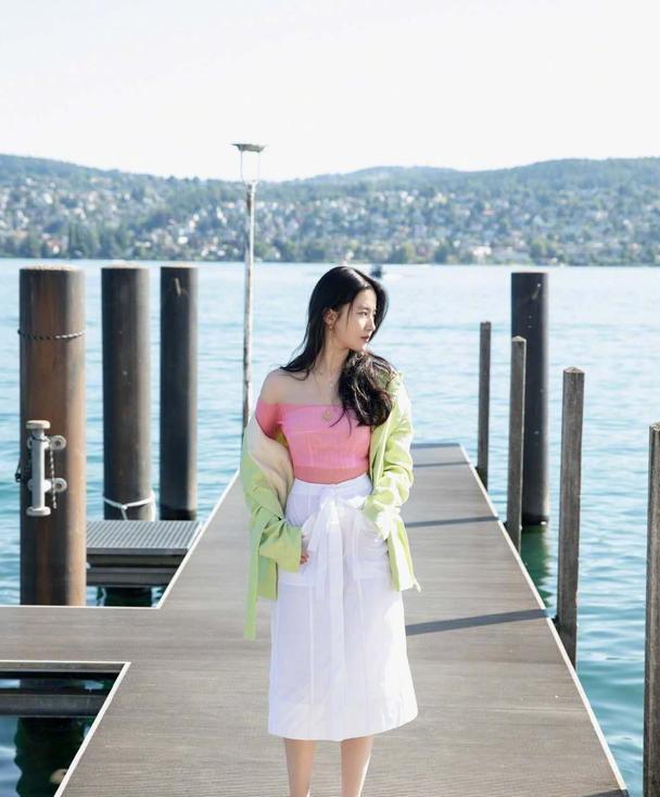 刘亦菲美出新高度,糖果系穿搭清新甜美,一字肩打底秀香肩太美了