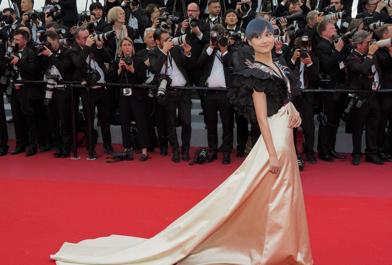 李宇春在戛纳穿着拖尾礼裙,和以往的她差别太大