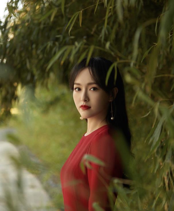 """""""辣妈""""唐嫣气场太强,红色礼服裙成熟优雅,一颦一笑惹心动"""