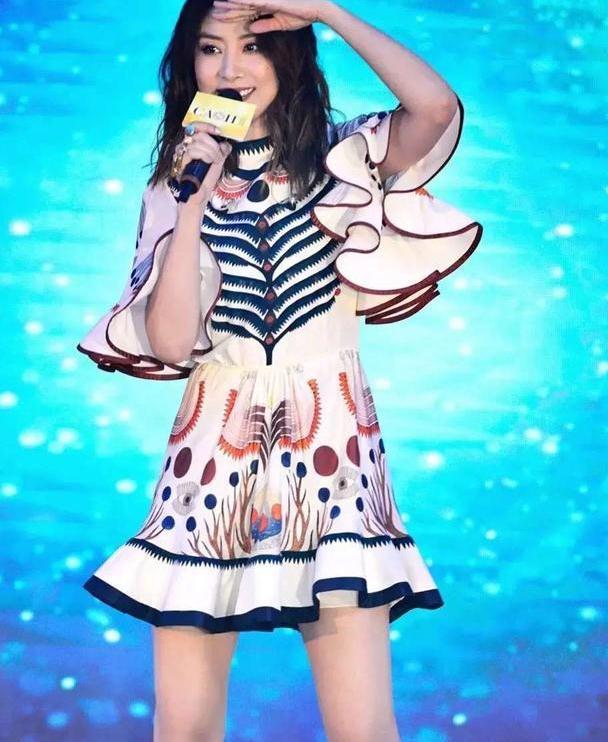 陈慧琳舞台穿搭真养眼!荷叶边连衣裙衬出大长腿,47岁美得大气