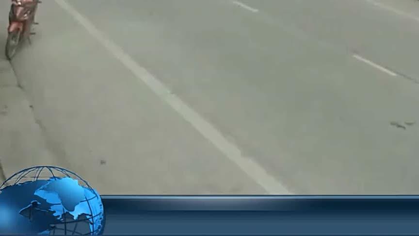 女孩悠哉的过马路,害惨了摩托车
