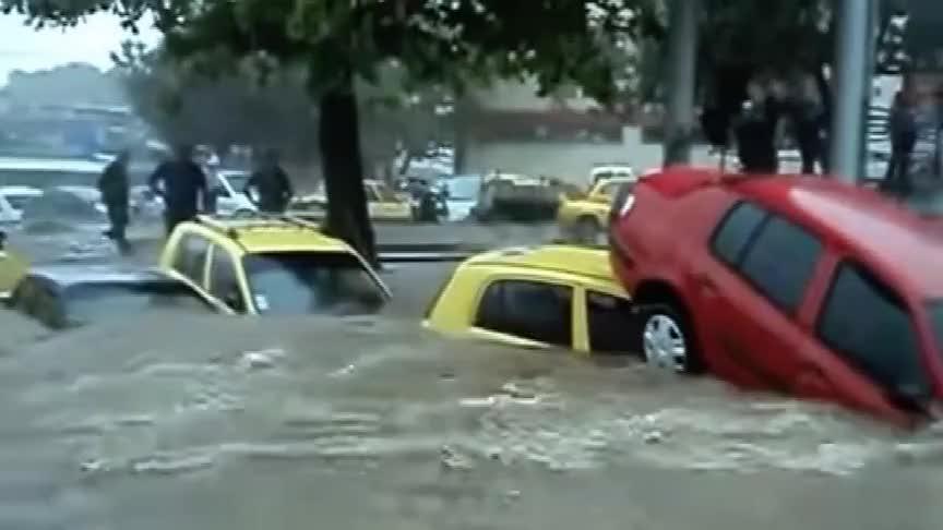 洪水肆虐,街道变汪洋,满大街的汽车重叠在一起