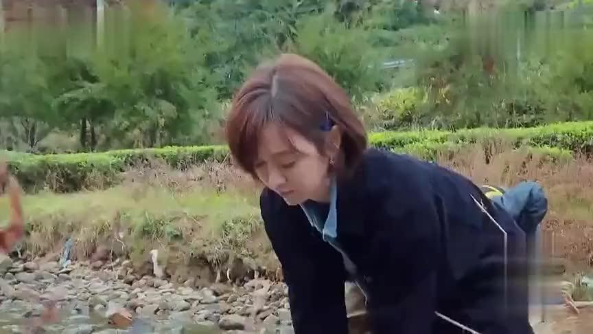 姜妍去小河沟,敲石头抓鱼,结果把石头都敲裂了,妥妥女汉子呀!