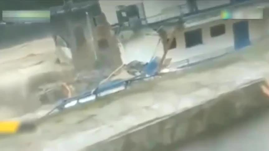 洪水湍流而下,监控拍下男子无助的一幕