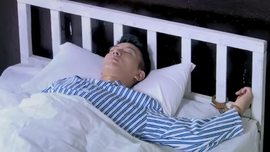 小伙医院睡觉,坏人来偷袭,怎料小伙直接一招把他打趴下,厉害了