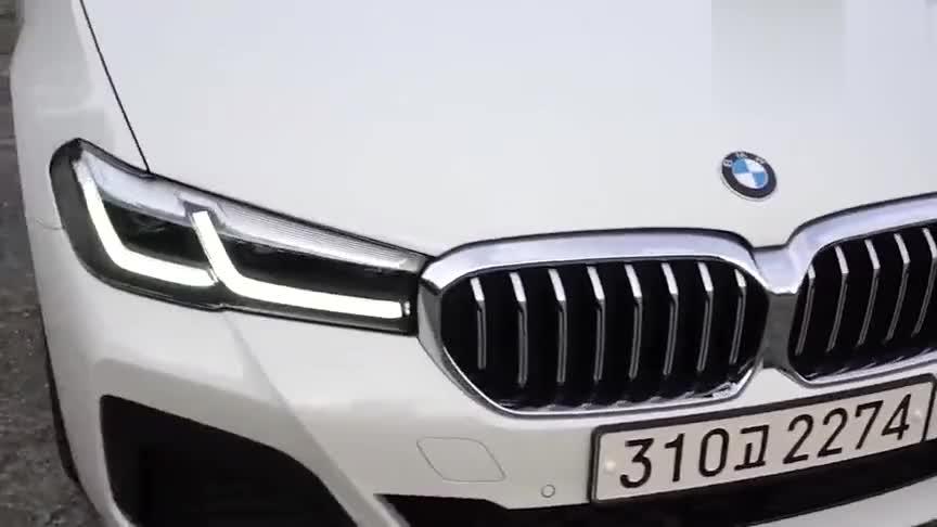 视频:2021款全新宝马5系530i实拍,比上一代好看不少,坐进车内霸气了