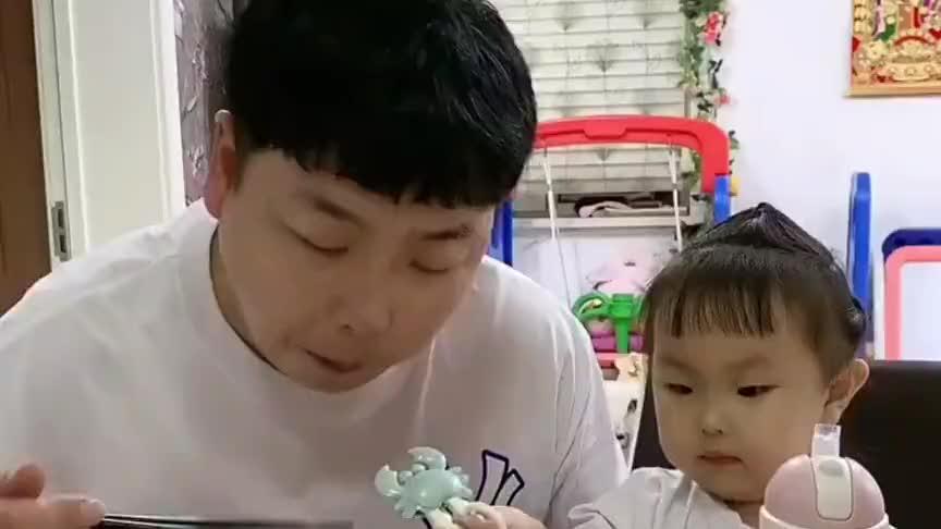 爸爸吃饭吧唧嘴 两岁萌娃说了一句话 爸爸瞬间大笑 尴尬了