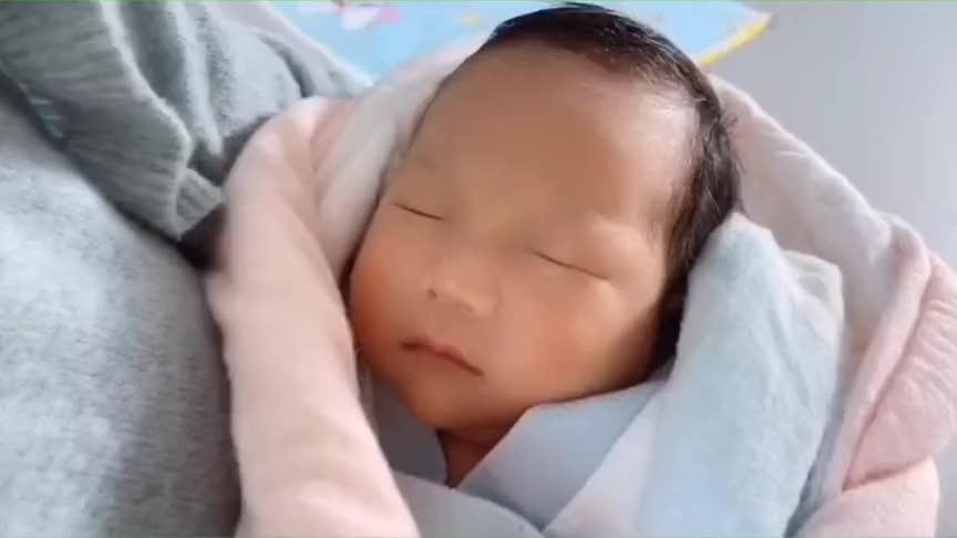 爸爸妈妈一起给小宝宝剪头发,没想到宝宝能睡得这么香,好萌啊!