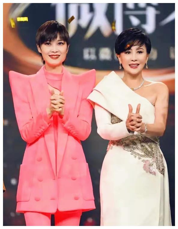 刘嘉玲衣品绝了 穿半肩礼服裙钻石镶嵌 和李宇春同框似同龄人