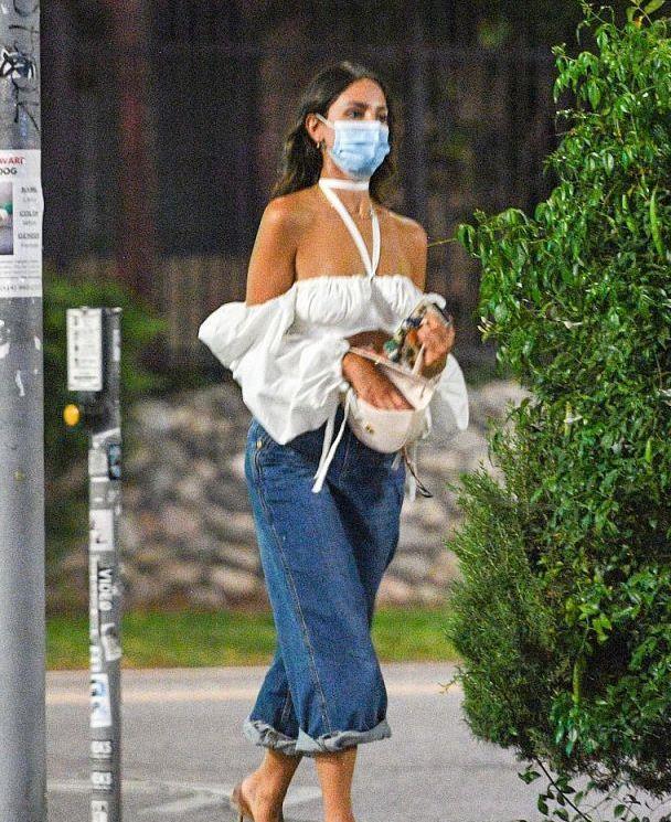 艾莎·冈萨雷斯穿泡泡袖上衣搭阔腿牛仔裤秀美肩,潇洒时尚太有型
