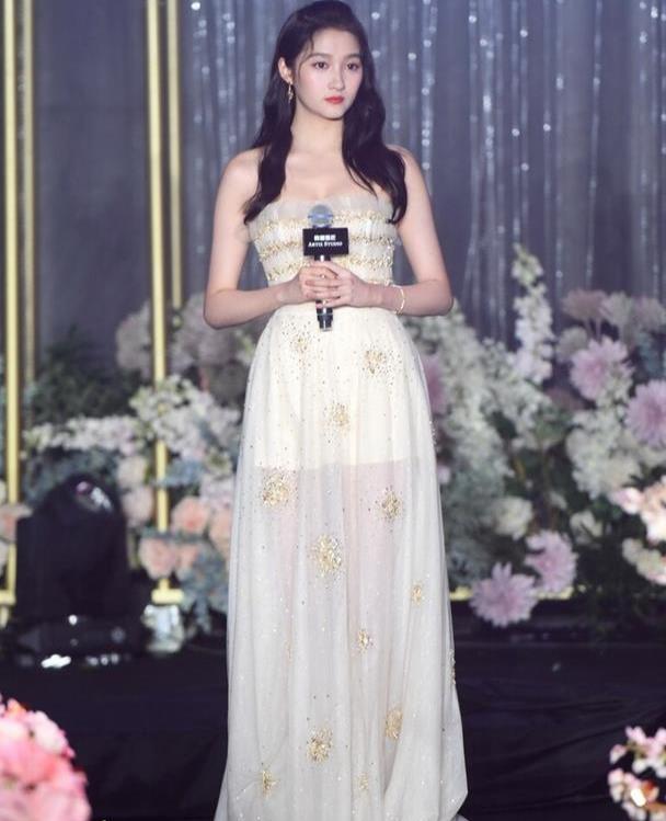关晓彤真是有个公主梦,穿礼服也不忘秀美腿,身材比例真是赞