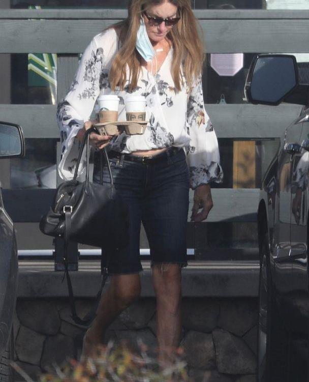 """""""卡戴珊老爸""""凯特琳·詹纳穿花衬衣潇洒时尚,身材比例太出众"""