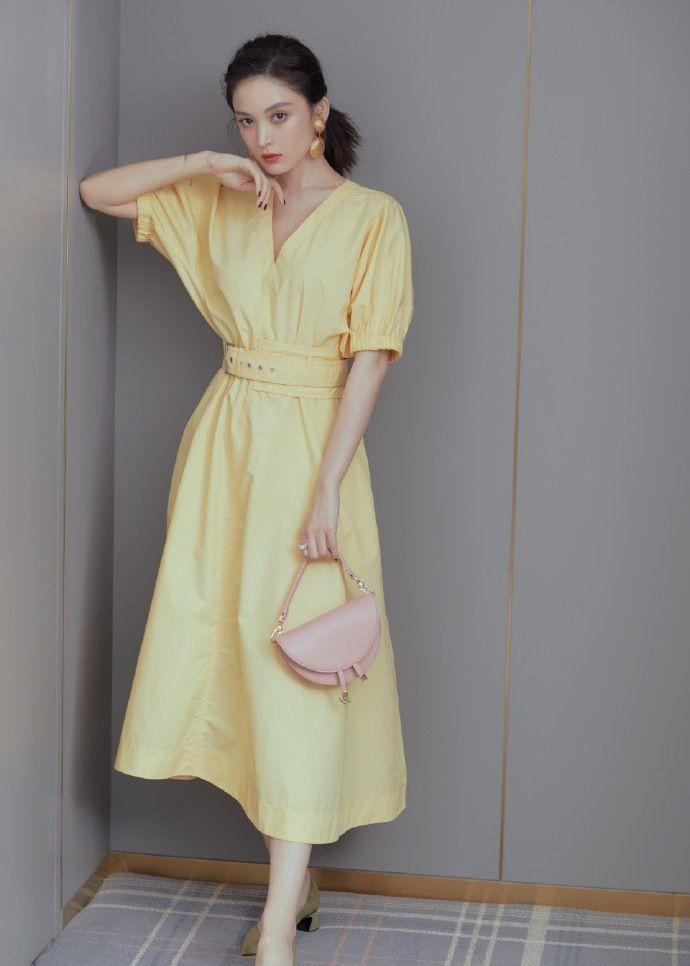 古力娜扎 鹅黄色收腰裙搭配金贝壳耳环,复古精美girl