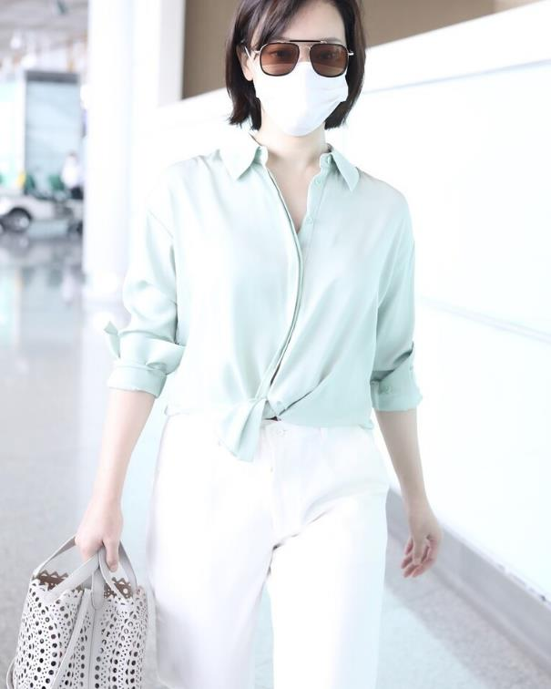 """气质女神""""陈数""""真不一样,薄荷绿衬衫配白裤子,打扮清爽显年轻"""