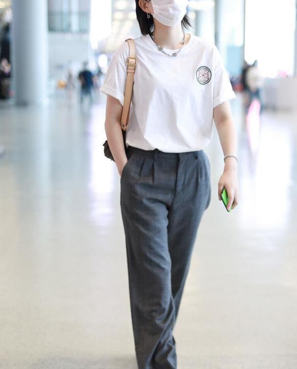 """李斯丹妮穿西裤""""遮肉"""",搭配白色T恤潇洒有型,时尚气质真不错"""