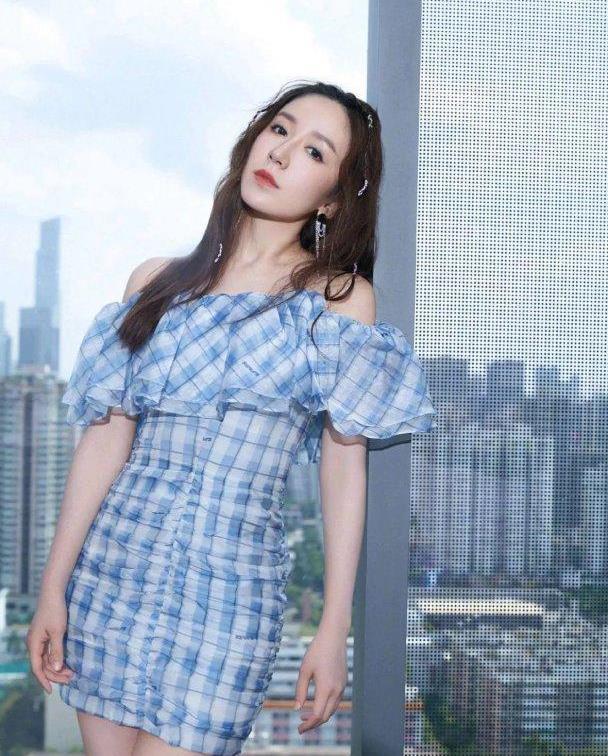 """看了娄艺潇穿的这款""""棋盘裙"""",才知道什么是""""新时代好身材"""""""