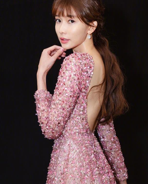 林志玲婚后依旧性感,露背亮片裙大秀好身材,一双长腿太扎眼