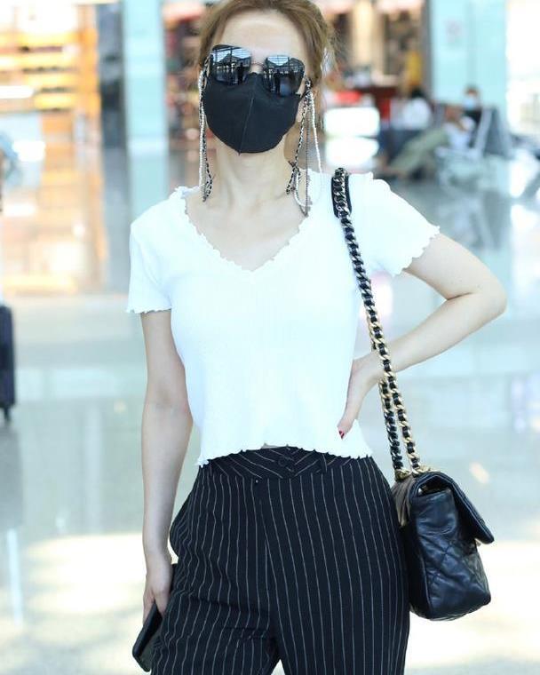 吴昕越来越会穿了,白色花边上衣搭配竖纹西裤,精致优雅的姐姐风