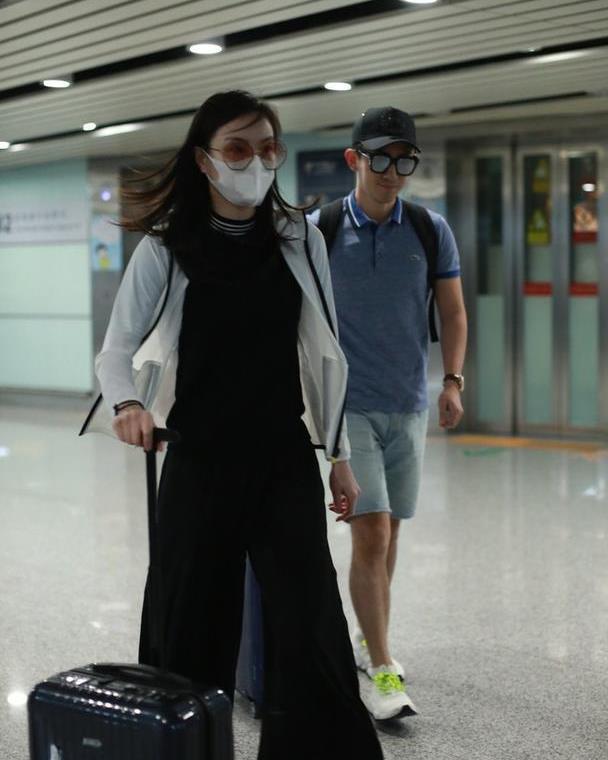 吴敏霞夫妇两人罕见同框,身穿背带裤走机场,真的是太显年轻了