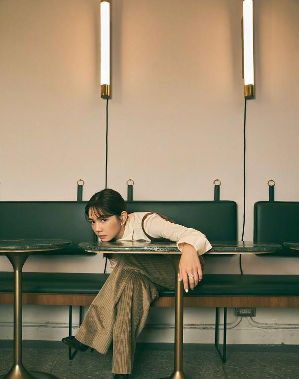 陈嘉桦杂志照出炉,复古时尚与镂空元素结合,时尚大气尽显女人味