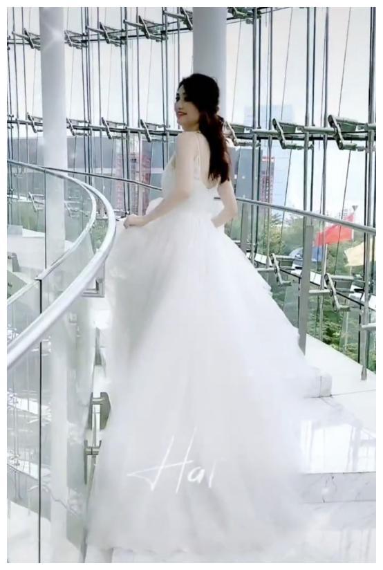 张丹峰老婆洪欣穿婚纱肤如凝脂像仙女,她是靠防腐剂保养的吗