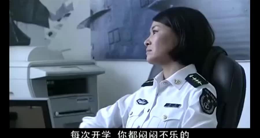 男兵向女兵炫耀军衔,哪料当女兵拿出全是军星的军衔后,男兵懵了
