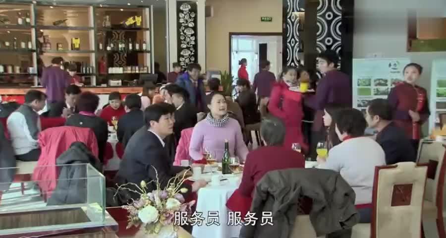 大妈餐厅闹事怒怼男服务员,怎料服务员竟是局长,这下精彩了