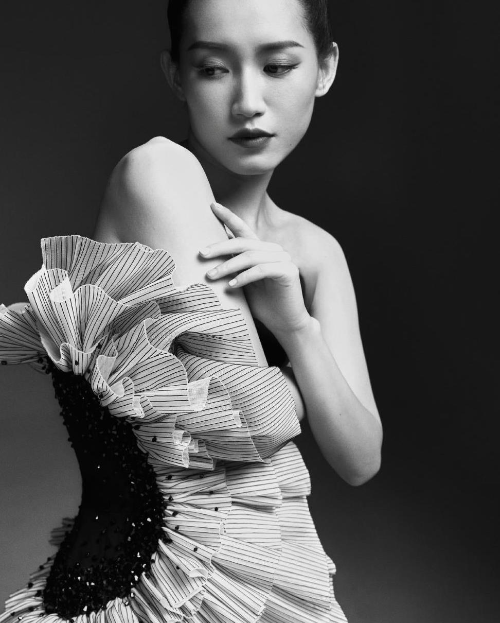 苏青晒黑白风格写真照,穿褶皱花抹胸礼服出镜,配丸子头优雅大气