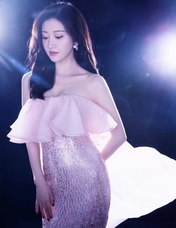 景甜身材也太好了吧!穿粉色亮片抹胸裙凹造型,腰臀比堪称完美