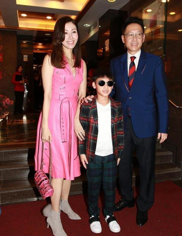 李嘉欣一家三口亮相,穿玫红色连衣裙配短靴,毫无医美痕迹就是美