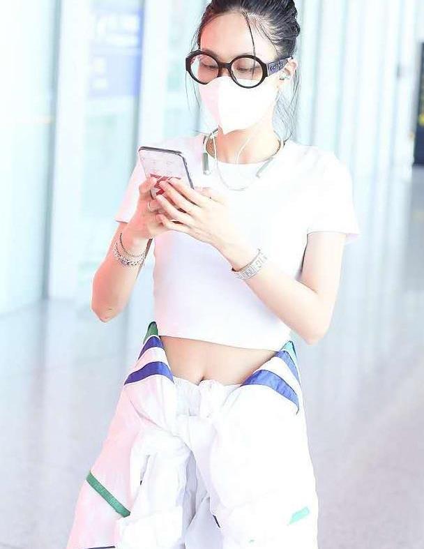 王霏霏重新定义大龄女团,穿露脐装走机场,外套系在腰间太拉风