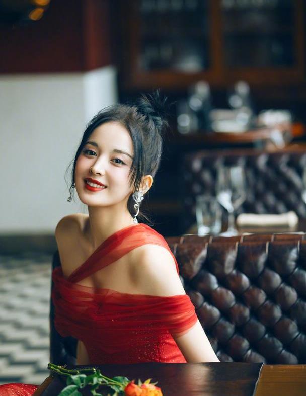 古力娜扎烈焰红裙配红唇,造型抢眼美艳动人