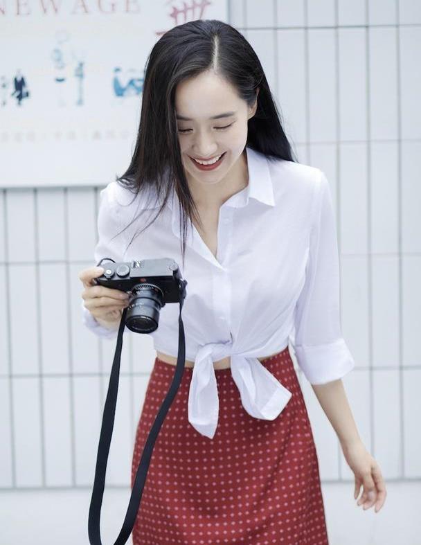 """王智真""""冻龄"""",白衬衫配红裙青春减龄,38岁的""""初恋脸""""很惊"""