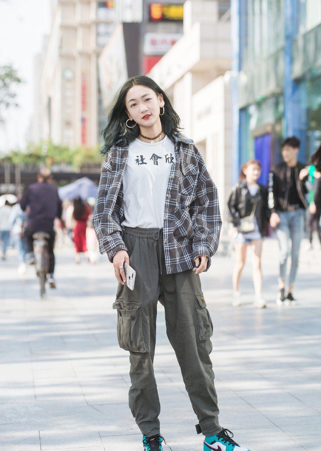 街拍:简单的纯色搭配,气质女生的钟爱风格!