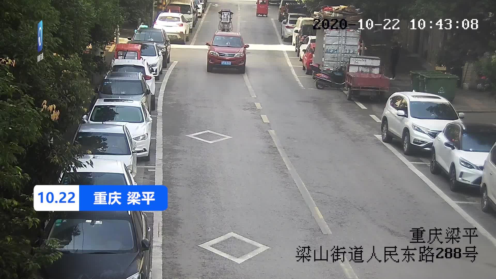 男子驾车时分心低头看导航 车辆方向偏移连撞路边两车