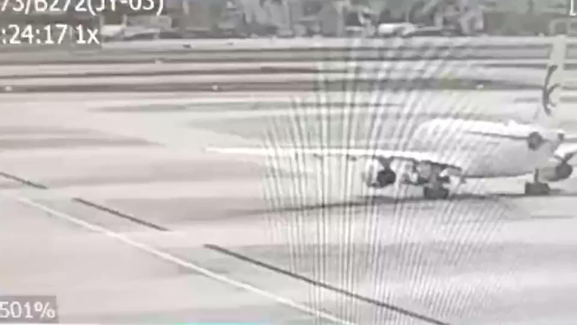 机务人员遭牵引车碾压,事发瞬间监控曝光