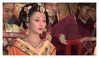 杨玉环怀孕被宠上天,遭到心机妃子嫉妒拼命争宠,不料丢脸丢大了