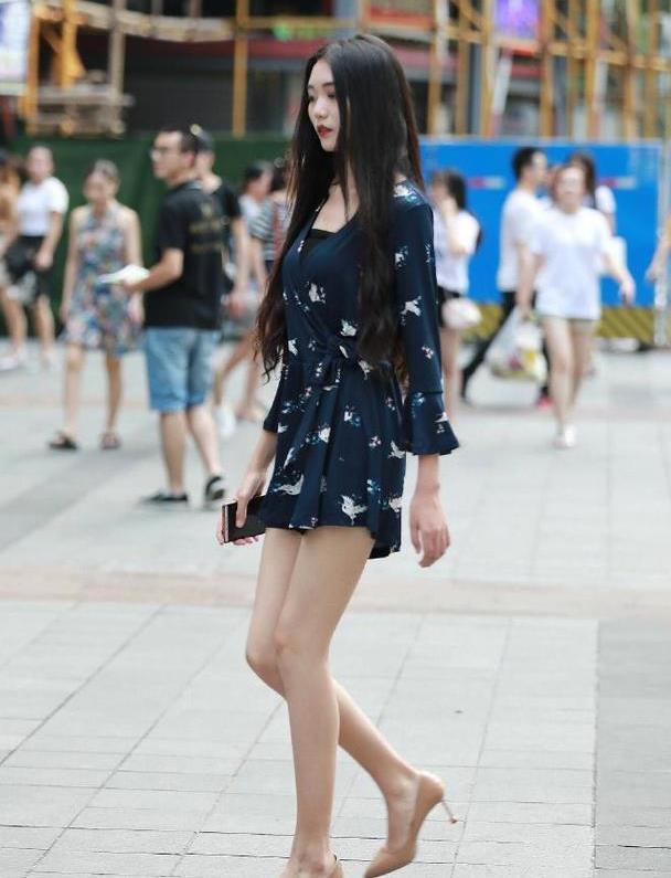 姐姐看起来又瘦了,深蓝短裙配杏色高跟鞋,穿出优雅骨感美